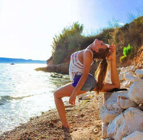 Nu phi cong dep tuyet tran voi tu the Yoga gay sot - Anh 10