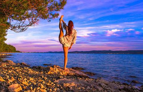 Nu phi cong dep tuyet tran voi tu the Yoga gay sot - Anh 6