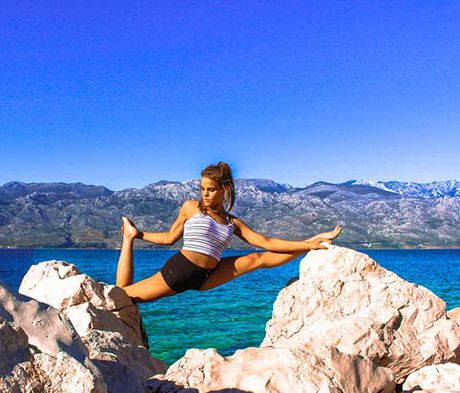 Nu phi cong dep tuyet tran voi tu the Yoga gay sot - Anh 9
