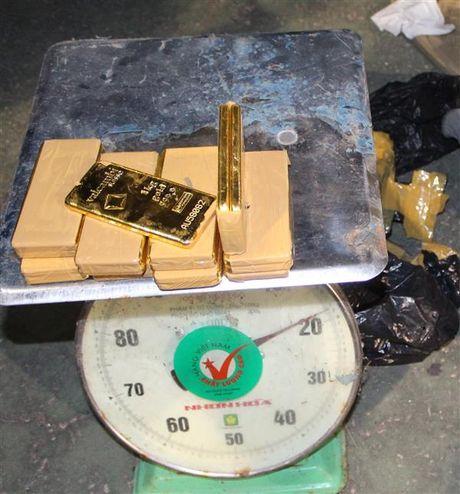Thuong nong cho Hai quan Tinh Bien ve thanh tich bat giu gan 18 kg vang - Anh 1