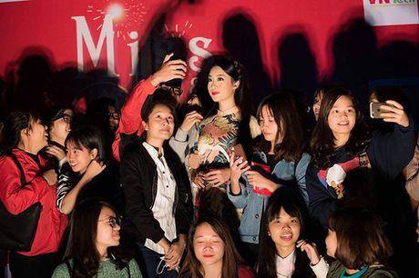 Hoa hau My Linh lan dau ngoi ghe giam khao cham thi nhan sac - Anh 2