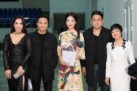 Hoa hau My Linh lan dau ngoi ghe giam khao cham thi nhan sac - Anh 3