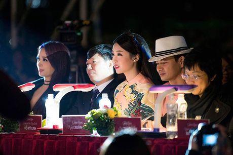 Hoa hau My Linh lan dau ngoi ghe giam khao cham thi nhan sac - Anh 4