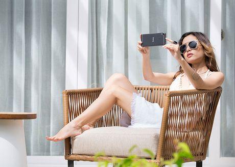 "Bo anh HTC Desire 10 Pro tren tay nguoi mau ""nam lun"" Fung La - Anh 2"