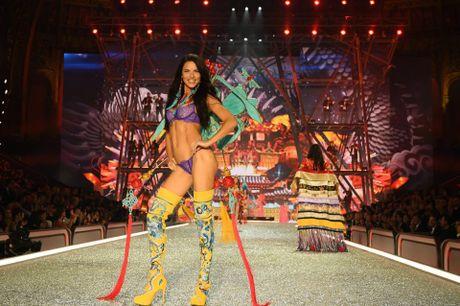 Show dien bikini nong bong va day mau sac cua Victoria's Secret - Anh 14