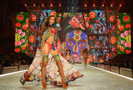 Show dien bikini nong bong va day mau sac cua Victoria's Secret - Anh 2