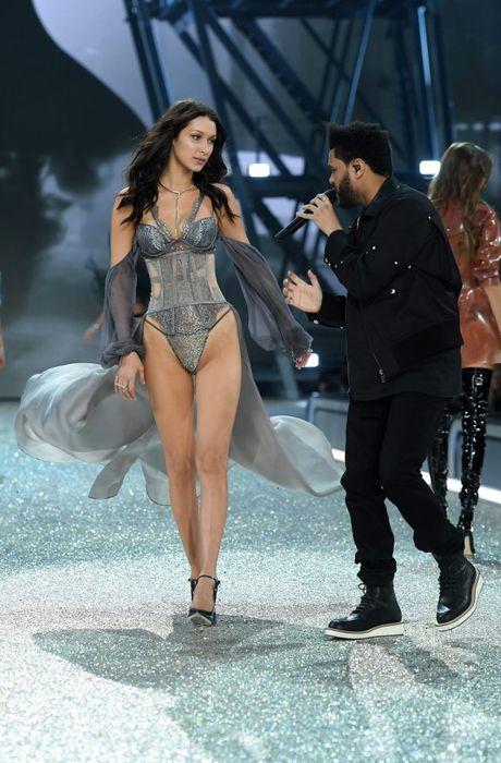 Show dien bikini nong bong va day mau sac cua Victoria's Secret - Anh 5