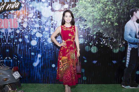 Huong Tram lan dau trinh bay hit 'Cho em gan anh them chut nua' - Anh 11