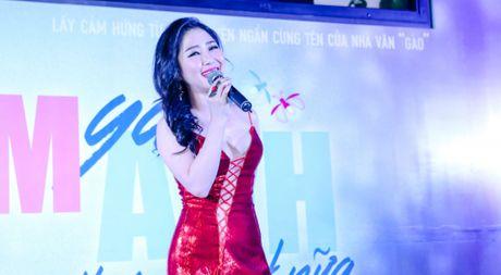 Huong Tram lan dau trinh bay hit 'Cho em gan anh them chut nua' - Anh 1