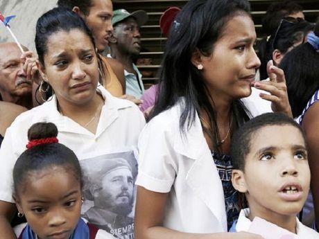 Dan Cuba nghen ngao nuoc mat dua tien Lanh tu Fidel - Anh 5