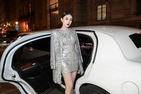 Le Ha dien trang phuc 300 trieu cua NTK Cong Tri, sanh doi cung Ngoc Duyen tai Victoria's Secret Show - Anh 1