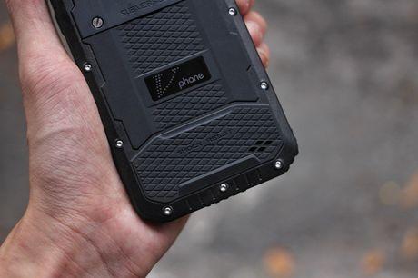 Tren tay V Phone M3 - Smartphone 'noi dong, coi da' dau tien tai Viet Nam, gia khoang 3 trieu dong - Anh 10