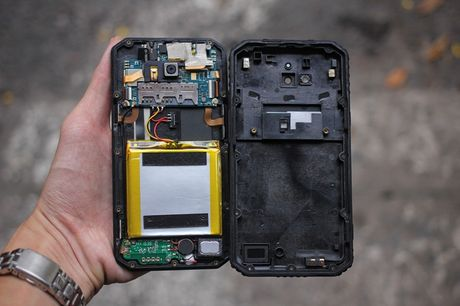 Tren tay V Phone M3 - Smartphone 'noi dong, coi da' dau tien tai Viet Nam, gia khoang 3 trieu dong - Anh 13
