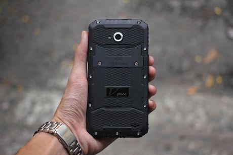 Tren tay V Phone M3 - Smartphone 'noi dong, coi da' dau tien tai Viet Nam, gia khoang 3 trieu dong - Anh 1