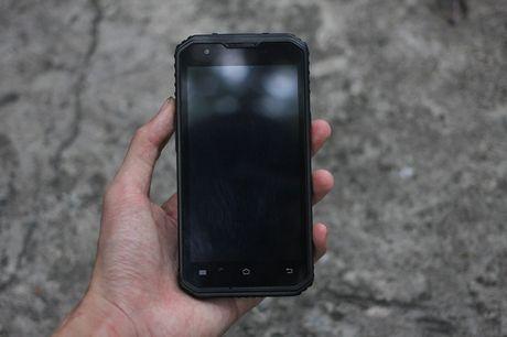 Tren tay V Phone M3 - Smartphone 'noi dong, coi da' dau tien tai Viet Nam, gia khoang 3 trieu dong - Anh 2