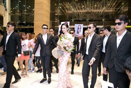 'Ban trai tin don' Vo Canh den mung Angela Phuong Trinh ra mat phim moi - Anh 4