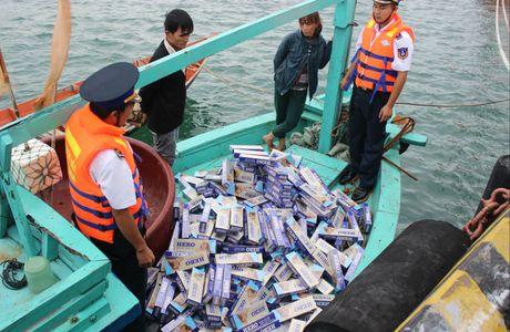 Bat tau cho 2.500 goi thuoc la lau tu Campuchia - Anh 1