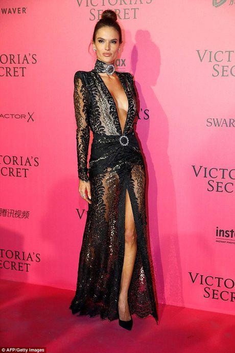 Bella Hadid mac phan cam o tiec Victoria's Secret 2016 - Anh 5