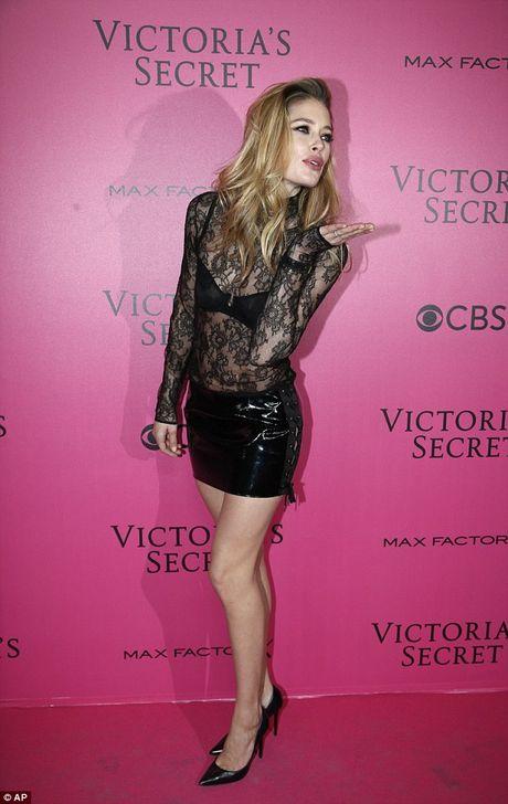 Bella Hadid mac phan cam o tiec Victoria's Secret 2016 - Anh 7
