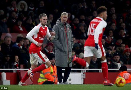 "Arsenal bi loai, ""Giao su"" noi doa mang hoc tro yeu kem - Anh 1"