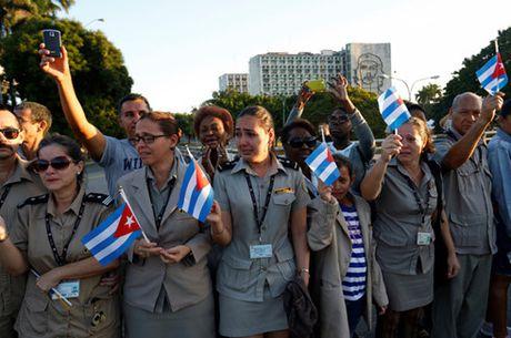 Nguoi dan Cuba xuc dong tien dua lanh tu Fidel Castro ve noi an nghi - Anh 2