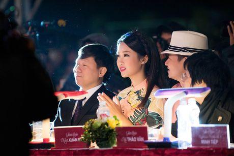 Hoa hau My Linh diu dang di cham thi nhan sac - Anh 6