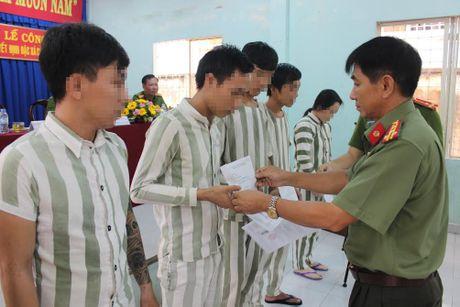 Cong an Dong Nai ho tro von cho pham nhan huong dac xa - Anh 1