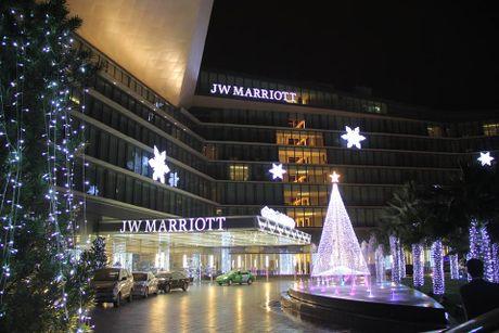 Thap sang cay thong Noel mang niem vui cho cac be o KS Marriott hanoi - Anh 1