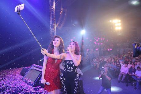 My Tam dung gay selfie chup anh cung fan ngay tren san khau - Anh 1