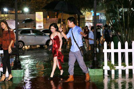 Huong Tram goi cam voi vay do ruc, cat xe tao bao - Anh 2