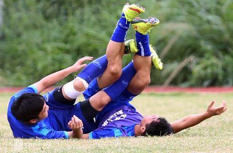 AFF Cup: Xuan Truong bi Cong Phuong, Thanh Luong vat nga tren san tap - Anh 10