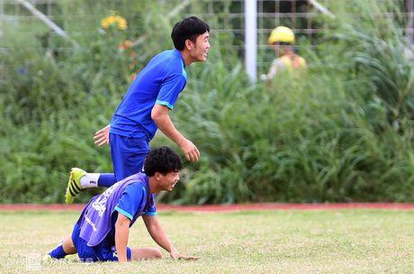 AFF Cup: Xuan Truong bi Cong Phuong, Thanh Luong vat nga tren san tap - Anh 11