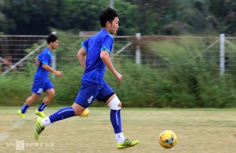 AFF Cup: Xuan Truong bi Cong Phuong, Thanh Luong vat nga tren san tap - Anh 12