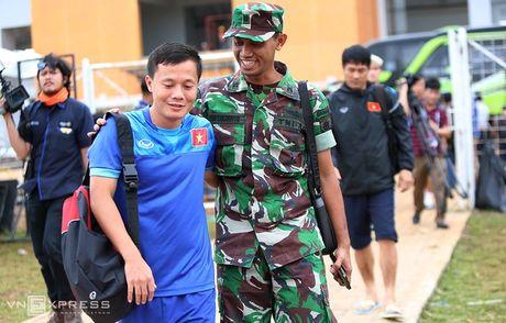 AFF Cup: Xuan Truong bi Cong Phuong, Thanh Luong vat nga tren san tap - Anh 2