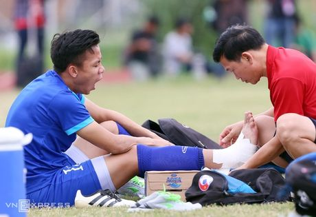 AFF Cup: Xuan Truong bi Cong Phuong, Thanh Luong vat nga tren san tap - Anh 3