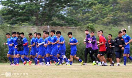 AFF Cup: Xuan Truong bi Cong Phuong, Thanh Luong vat nga tren san tap - Anh 4