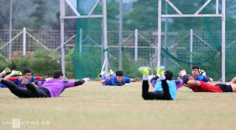 AFF Cup: Xuan Truong bi Cong Phuong, Thanh Luong vat nga tren san tap - Anh 5