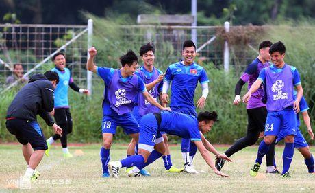 AFF Cup: Xuan Truong bi Cong Phuong, Thanh Luong vat nga tren san tap - Anh 7