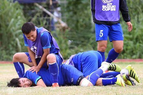 AFF Cup: Xuan Truong bi Cong Phuong, Thanh Luong vat nga tren san tap - Anh 8