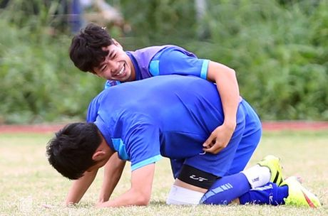 AFF Cup: Xuan Truong bi Cong Phuong, Thanh Luong vat nga tren san tap - Anh 9