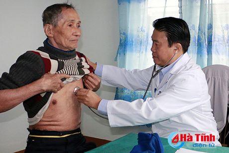 Benh vien Bach Mai kham benh, tang qua cho nguoi dan Cam Xuyen - Anh 2