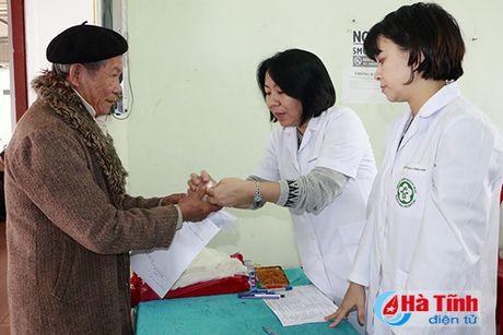 Benh vien Bach Mai kham benh, tang qua cho nguoi dan Cam Xuyen - Anh 3