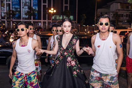 Angela Phuong Trinh mang trang suc 2 ty dong du ra mat phim - Anh 1
