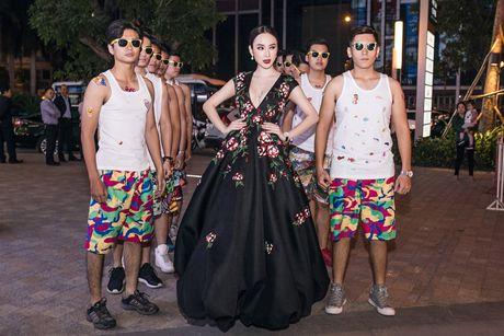 Angela Phuong Trinh mang trang suc 2 ty dong du ra mat phim - Anh 2