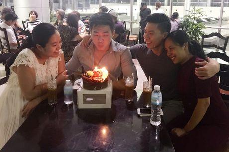 Hong Phuong bung bau vuot mat van to chuc sinh nhat cho ong xa Quoc Co o san bay - Anh 2