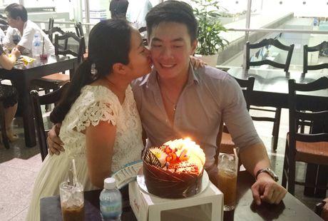 Hong Phuong bung bau vuot mat van to chuc sinh nhat cho ong xa Quoc Co o san bay - Anh 3