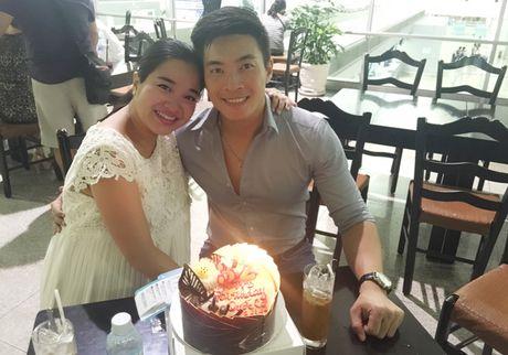 Hong Phuong bung bau vuot mat van to chuc sinh nhat cho ong xa Quoc Co o san bay - Anh 4