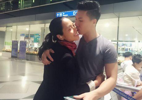 Hong Phuong bung bau vuot mat van to chuc sinh nhat cho ong xa Quoc Co o san bay - Anh 7