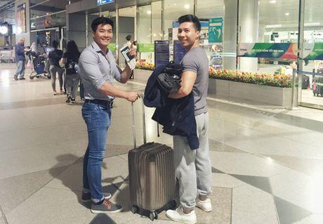 Hong Phuong bung bau vuot mat van to chuc sinh nhat cho ong xa Quoc Co o san bay - Anh 8