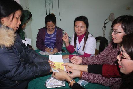 Kham, cap thuoc mien phi va trao 500 suat qua cho ba con vung lu Ha Tinh - Anh 1
